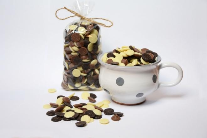 Malovaný hrníček s mixem čokoládových čoček