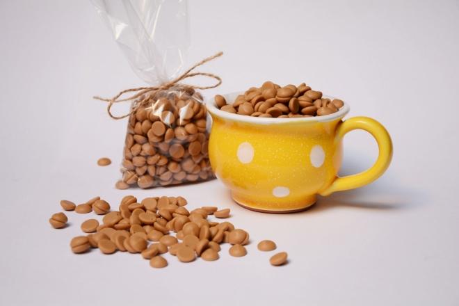 Malovaný hrníček s čočkami zlaté karamelové čokolády