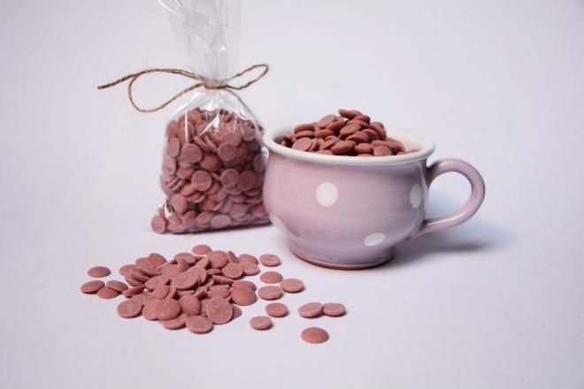 Malovaný hrníček s čočkami růžové čokolády